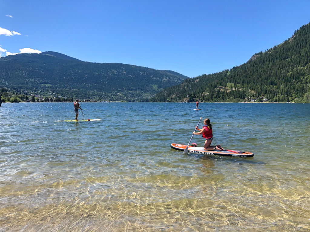 Find out the Best Kids stand up Paddleboard (SUP) to buy. An easy and quick chart to help you find the perfect children's paddleboard. Including all the options to buy with details on the weight, dimensions, capacity and more! All the information you need in a complete shopping guide to purchase a paddleboard for kids! #paddleboard #kidspaddleboard #sup #kidssup #paddleboarding #paddleboarder #standuppaddle #supkids